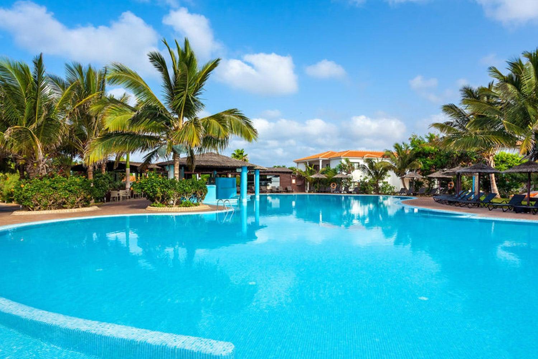Het zwembad van hotel Melia Tortuga beach resort op het eiland Sal in Kaapverdië