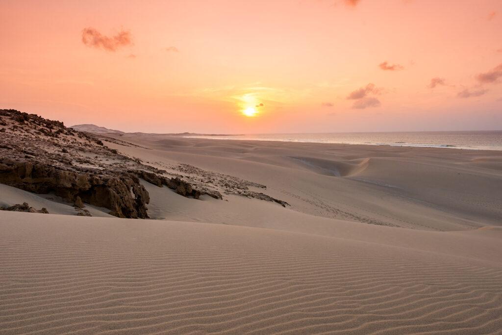 Zonsondergang op het strand Praia de Chaves in Boa Vista, Kaapverdië