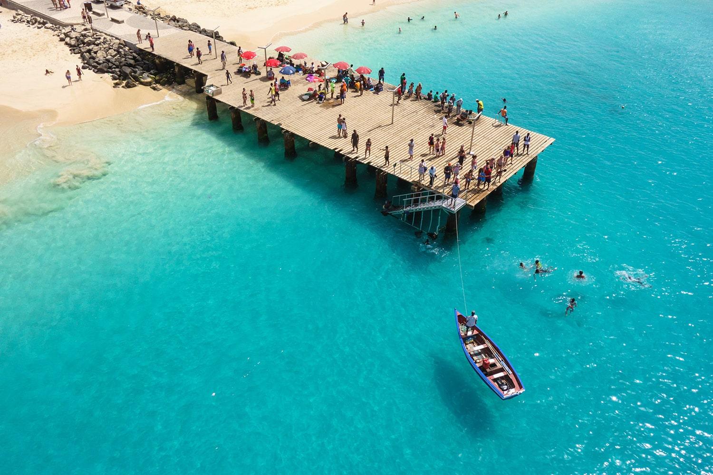 Ontmoet de locals van Kaapverdië bij de pier van het strand Santa Maria op Sal
