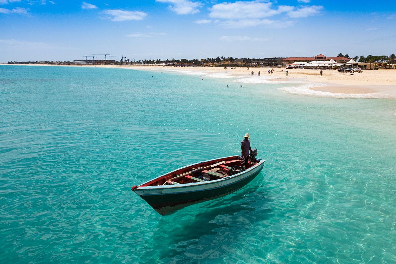 Een vissersboot in het water bij het strand van Santa Maria op het eiland Sal in Kaapverdië