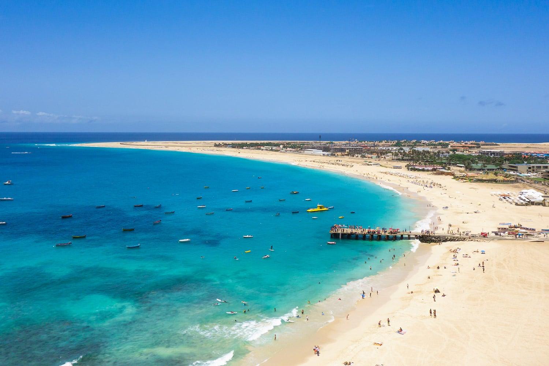 Het strand van Santa Maria en de pier vanuit de lucht, op het eiland Sal in Kaapverdië