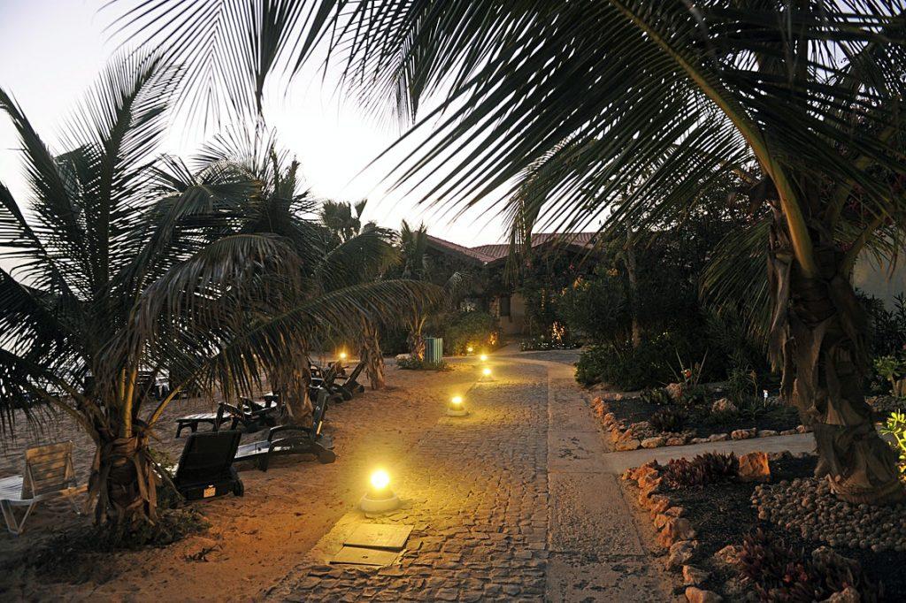 Hotel Porto Antigo Sal ligbedden avond