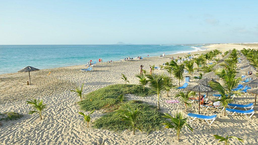 Hotel RIU Cabo Verde Sal ligbedden strand