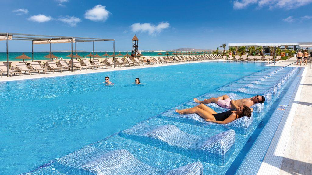 Hotel Riu Palace Boavista ligbedden zwembad