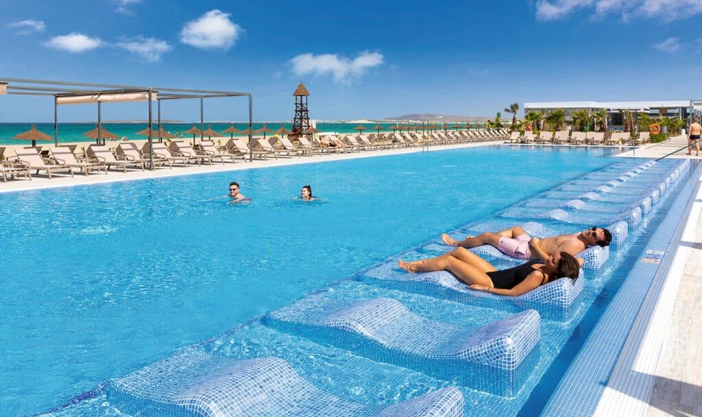Kaapverdië resort hotel palace boa vista ligbedden zwembad