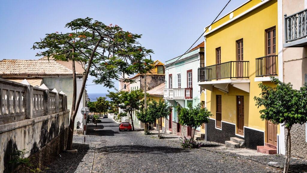 Een straat in Sao Filipe op het Kaapverdiaanse eiland Fogo