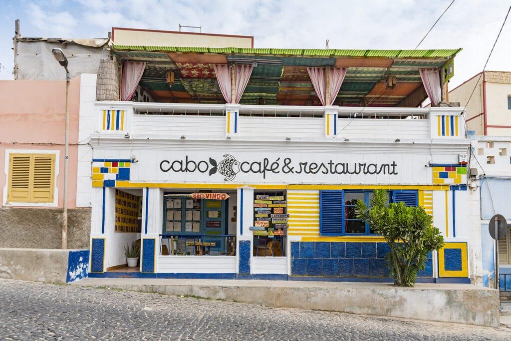 Een restaurant in een straat op het Kaapverdische eiland Boa Vista.
