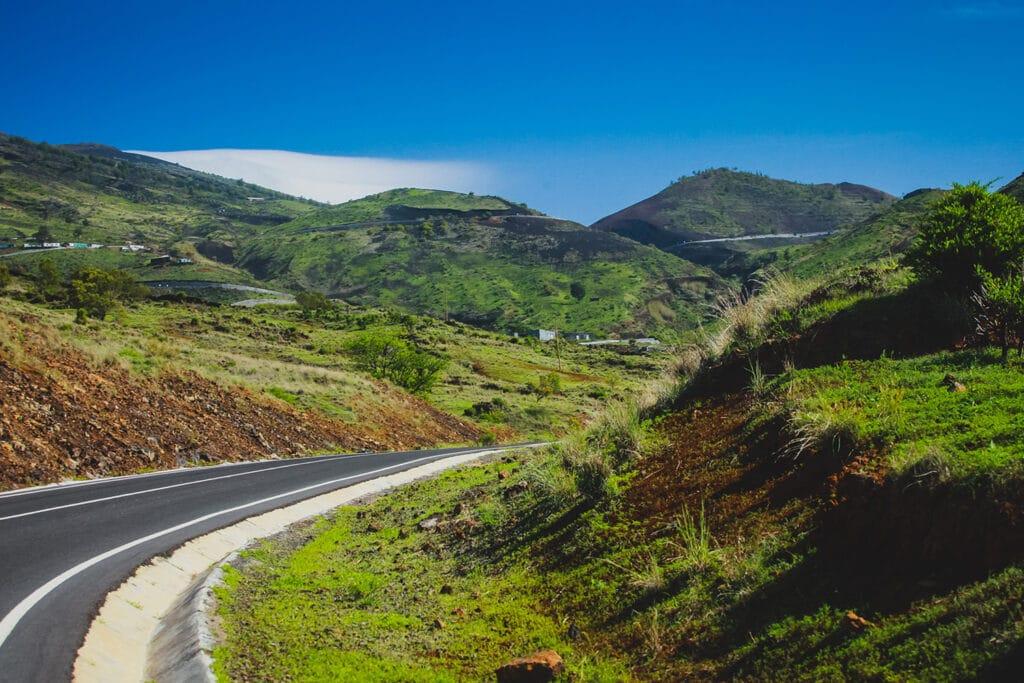 Een mooie geasfalteerde autoweg op het Kaapverdische eiland Fogo