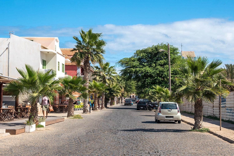 Een weg in het dorpje Santa Maria op het eiland Sal in Kaapverdië