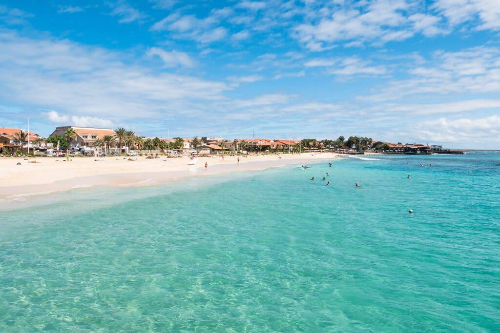 Het mooie zandstrand van Santa Maria op het eiland Sal