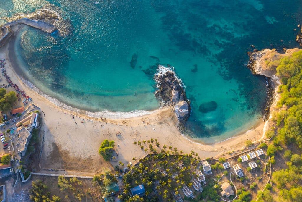 Het strand van Tarrafal op het eiland Santiago in Kaapverdië