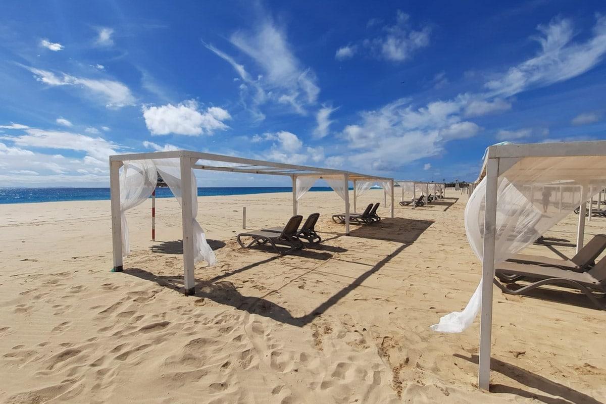 Hotel Halos Casa Resort Sal Kaapverdië, Santa Maria, ligbedden strand