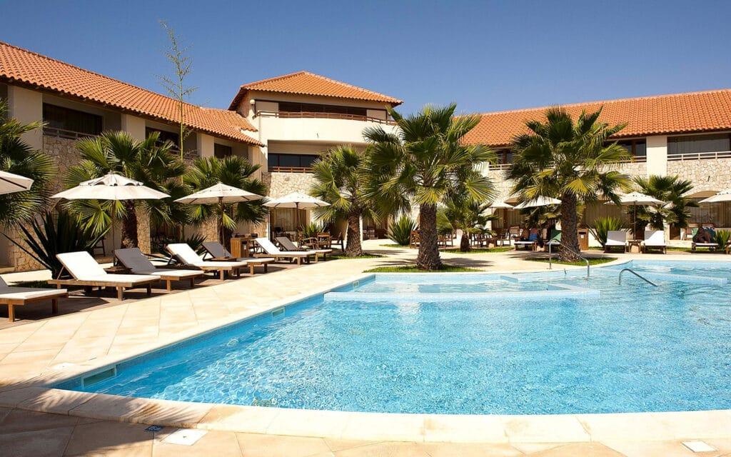Hotel Morabeza Sal Kaapverdië, Santa Maria ligbedden en zwembad