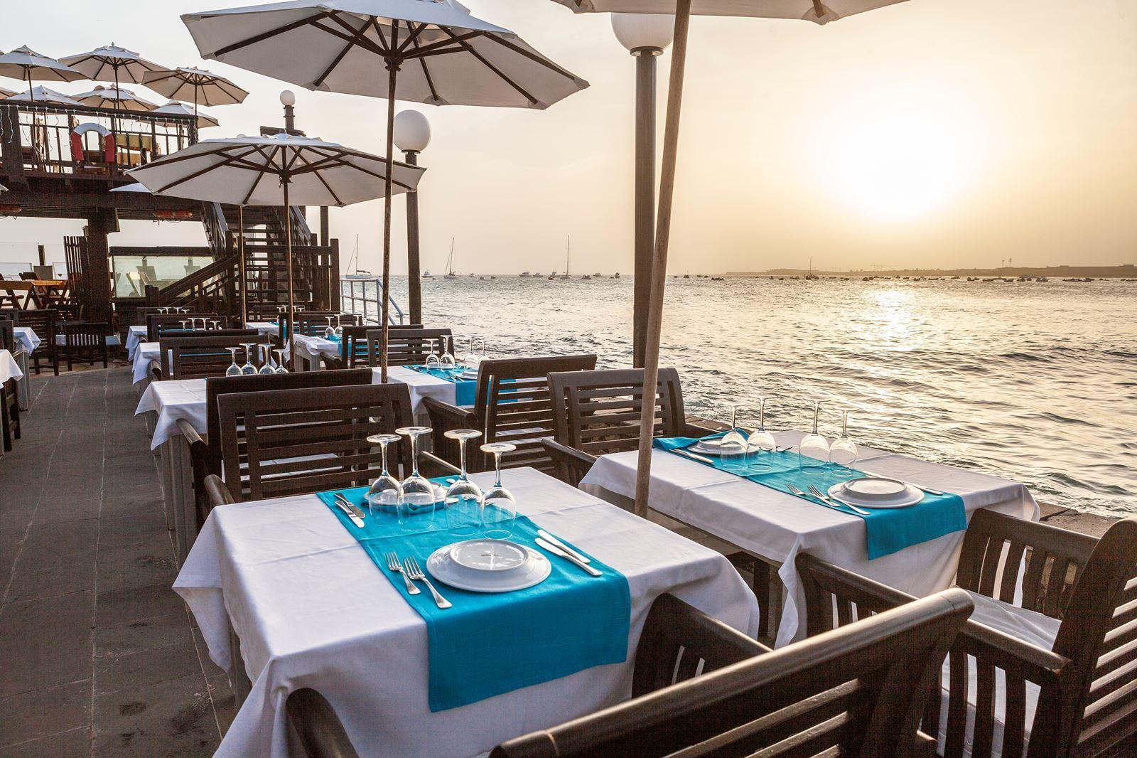 Hotel Odjo D'agua Sal Kaapverdië, Santa Maria restaurant terras buiten