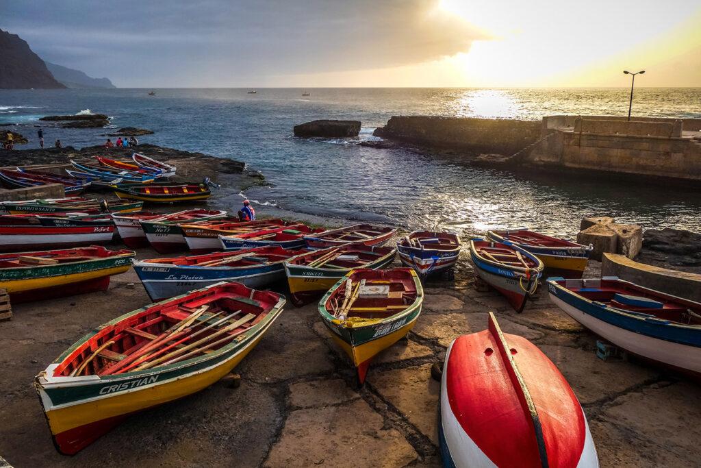 Bootjes in de haven Ponta do Sol op het eiland Santo Antao in Kaapverdië