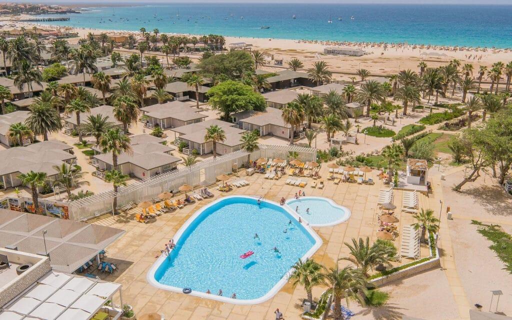 Hotel Oasis Belorizonte Sal Kaapverdië Santa Maria, overzicht zwembad, strand en bungalow