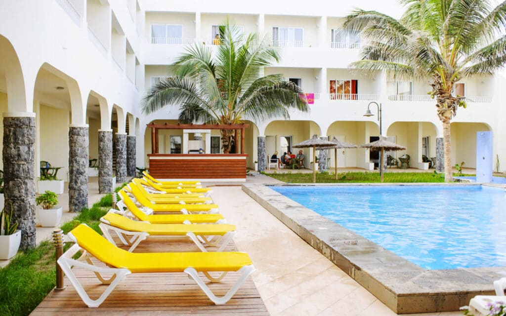 Ouril Hotel Pontao Sal Kaapverdië, Santa Maria zwembad met zonnebedden