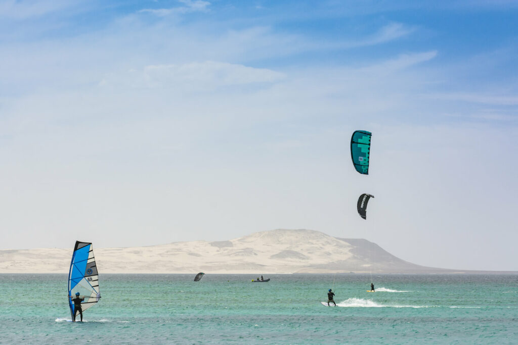 Wind en Kitesurfers op zee, in Kaapverdië op het eiland Sal