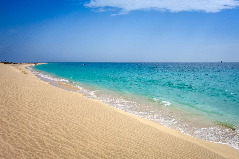 Varen met een catamaran tijdens een excursie op Sal in Kaapverdië